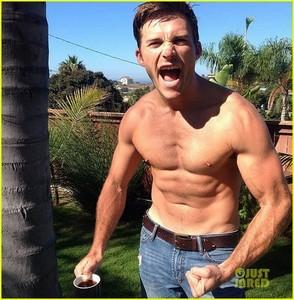 hot Scott abs<3