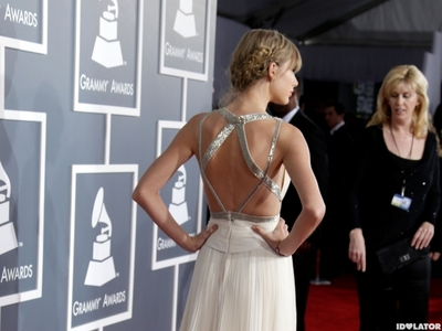 http://discoveringnewsla.blogspot.com/2013/04/taylor-swift-goes-for-gold-in-dolce.html (scroll down to pic #3) http://www.popsugar.com.au/celebrity/photo-gallery/32370799/image/32370795/Taylor-Swift-showed-off-back-her-gown http://vevostars.com/blog/new-design-heartshaped-net-design/taylor-swift-back-design-13957365714kn8g/