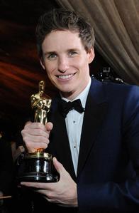 Eddie holding his Golden Oscar<3