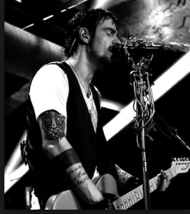Adam Gontier, super sexy and HAS AMAZING VOICE!!!!