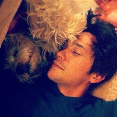 Bob Morley snuggling with a कुत्ते का बच्चा, पिल्ला <3