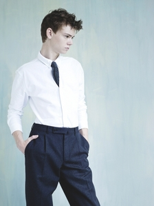 Thomas Sangster wearing a white kemeja