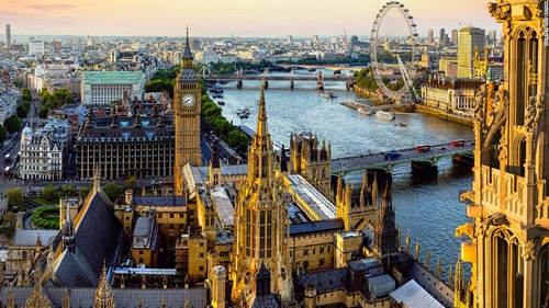 I would like 芭比娃娃 and her sisters to go to London, England.