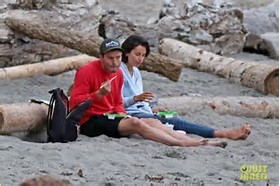 Jamie eating sushi on the pantai with his wife