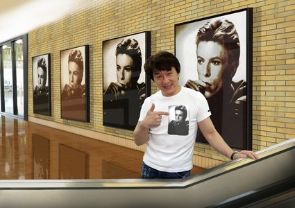 Jackie Chan wearing a Bowie シャツ :)