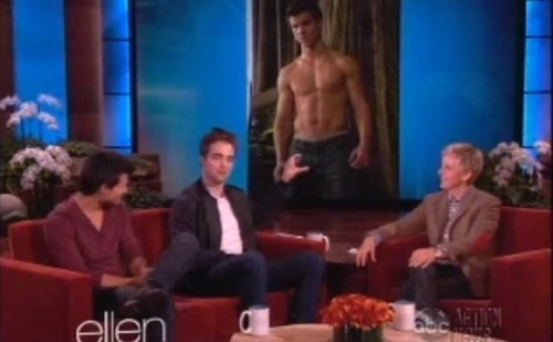 Rob having an awkward moment with a screen shot of his Twilight co 星, 星级 Taylor Lautner