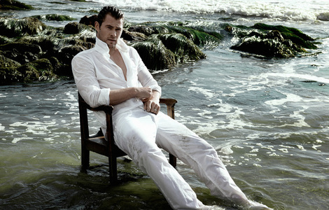 Chris Hemsworth in white