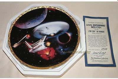"Hello, Yes I do. I have a Brand New In Box, with certificate of authenticity, collector's plate of the U.S.S. Enterprise NCC-1701. It is part of the ""Star Trek: The Voyagers"" plate collection series. It is one of a limited edition of only 28 firing days. It is from 1993. Here is a picture of it, although I copied the bức ảnh from elsewhere. I have the same one, with everything shown."