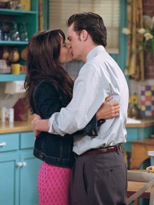 Courteney Cox kisses Matthew Perry with her eyes closed :)