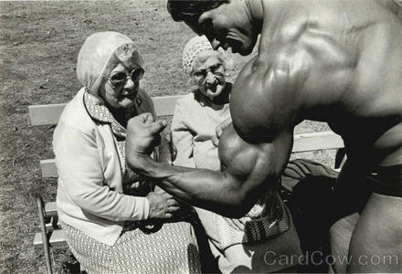 Young Arnold Schwarzenegger inaonyesha 2 elder women his arms :)