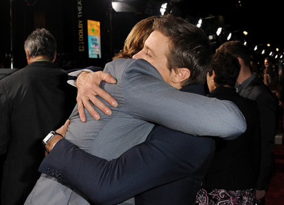 I wish I could trade places with Jeremy Renner and hug my 가장 좋아하는 Aussie,Chris Hemsworth<3