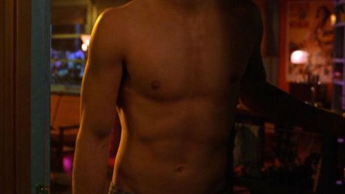 Ian inaonyesha his hot,toned stomach