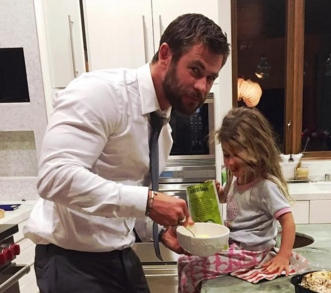 I've never 投稿されました this pic of Chris Hemsworth (with his daughter) before