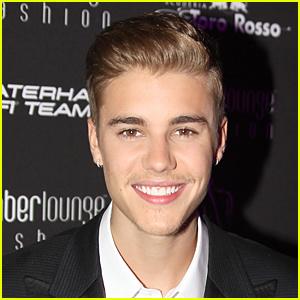 Justin tampilkan his beautiful teeth :)