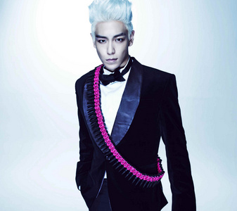 No سب, سب سے اوپر is not gay but is bisexual and is in a relationship with gdragon who is also bisexual.