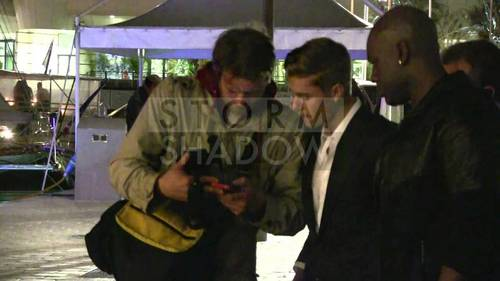Justin talking with paparazzi :)