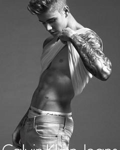Justin ipinapakita his toned,fit body