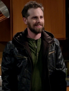 Rider Strong who's turning 37 다음 월 :)