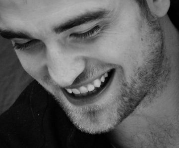 Robert tonen his beautiful,perfect teeth<3