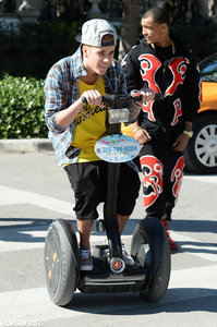 Justin riding a segway in the 通り, ストリート