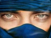 Robert tampilkan his hypnotic ocean blue eyes<3