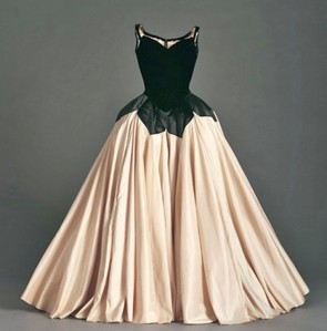 I'm actually not a big Fan of that dress. I don't really like the color combination, and the copious amounts of Blumen border on gaudiness. My Favorit dress in the whole world is the Petal Dress, designed Von Charles James.