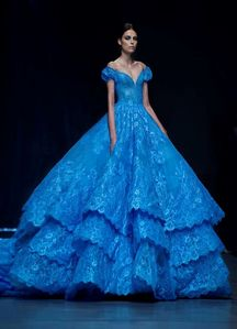 I Liebe laces and layers. I think this is a grand dress. I like Snow's dress too.