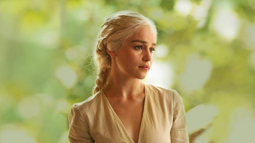 i like daenerys targaryen i dont rlly pay attention when my bf watches got but shes cool
