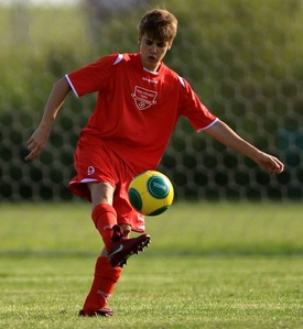 JB playing putbol (or football to those who live in the UK)