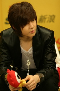 """i have hte """"cant tell if asian или emo"""" haircut ihad it 4 9 millon yrs"""