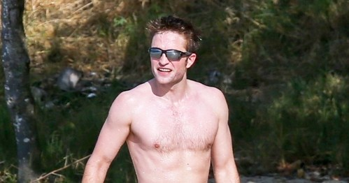 Robert working out on the 海滩 and 展示 some chest hair