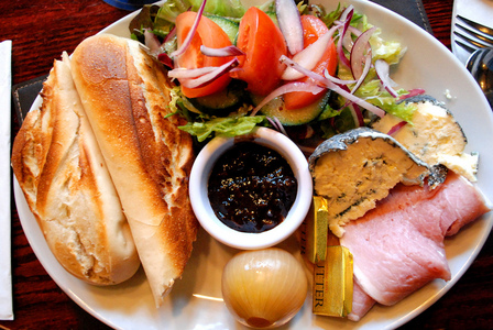 Ploughman's lunch (Bread, cheese, apple, pickles)