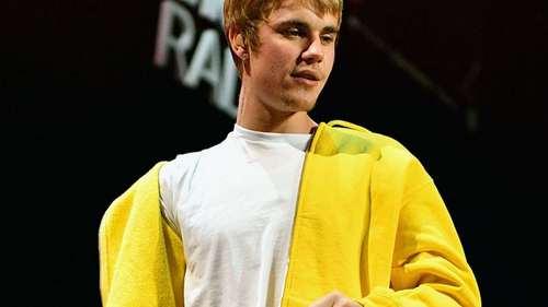 Justin in a yellow áo khoác