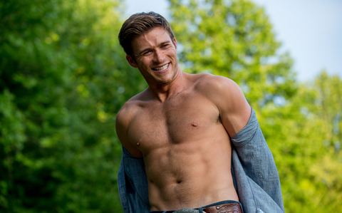 Scott Eastwood tampilkan his toned chest<3