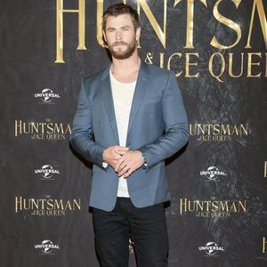 Mr Hemsworth in a suit dyaket and dark wash jeans at The Huntsman's Winter War premiere<3
