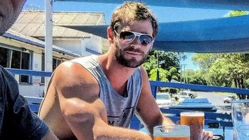 दिखा रहा है off his sexy Avengers biceps<3