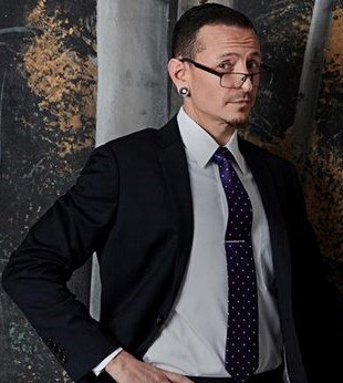 I Amore Chester. He is the sexiest of the group. Just look at him , he looks good both with and with out a camicia on.