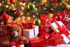 1 - A cute new teddy to cuddle in cama 🎁 2 - A big box of chocolates ! 🎁 YumYum ! 3 - Some new oro earrings 🎁 I always loose them 4 - Classic cine box set 🎁 5 - A *Kiss* under the mistletoe 🎁 don't mind who *lol*