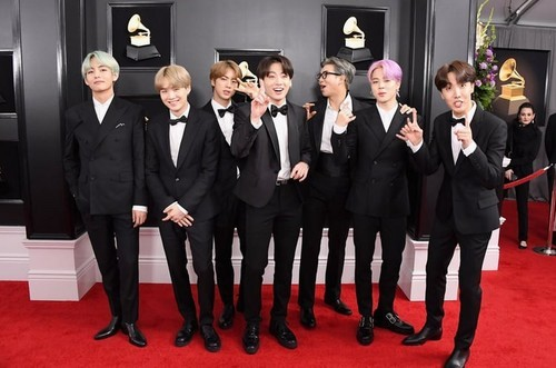 BTS (Here is the most Kürzlich pic of them i have... when they were at the grammys last sunday) geez star... stop fangirling over suga's smile.....