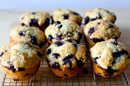 việt quất, blueberry muffins are the bestttttttt. My local grocery store bakes the best việt quất, blueberry muffins. They're so moist and melt-in-your-mouth and they're topped with these coarse grains of sugar, oh Godddd. *listens to pour some sugar on me bởi def leppard as i type this*