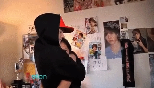 Justin surprising a người hâm mộ in her room,courtesy of Ellen DeGeneres