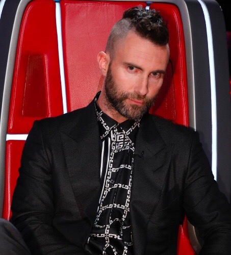 Adam Levine rocking the Mohawk and I actually amor it 😍