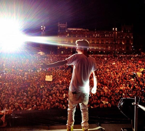 Jb performing for 300,000 fan in Mexico for free !