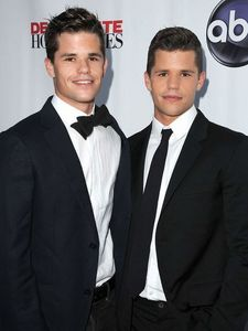 Charlie and Max Carver. I think they look like a young Matt Damon if toi ask me.