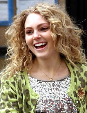AnnaSophia Robb with curly hair in The Carrie Diaries.
