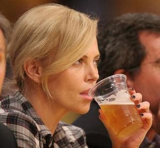 Charlize having a glass of пиво