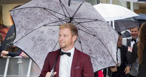 Would tình yêu to stand under his umbrella Ella Ella eh eh eh eh eh ..