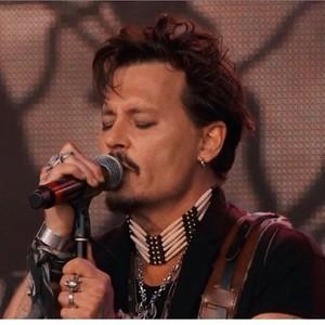 """노래 """"Heroes"""" on stage with his band """"Hollywood Vampires"""", around a week 이전 🎵"""