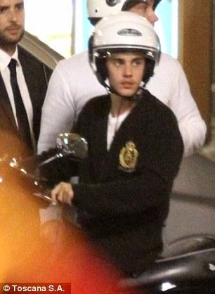 Justin wearing a 头盔