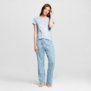 I hate nightgowns. I've never liked wearing them, but what I always wear and prefer to wear over any kind of постель, кровати wear is pants and a tshirt.